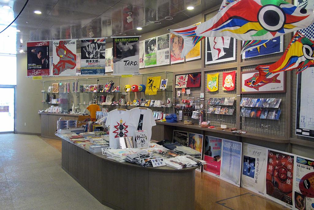 岡本太郎らしいグッズや書籍があるミュージアムショップ
