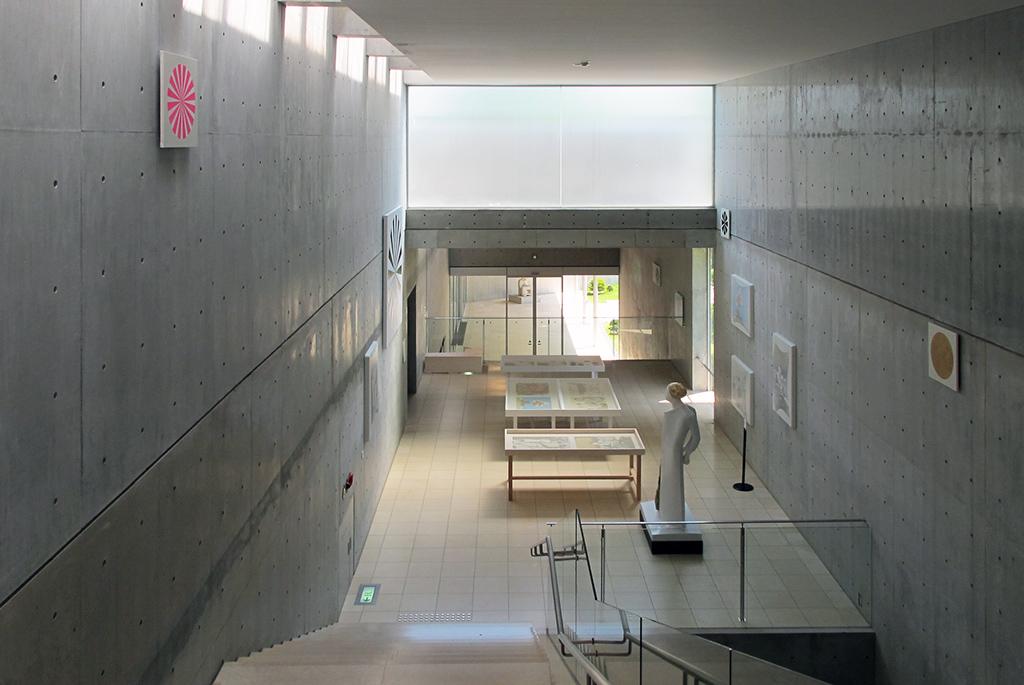 階段吹き抜けエリアは企画展アートスペース
