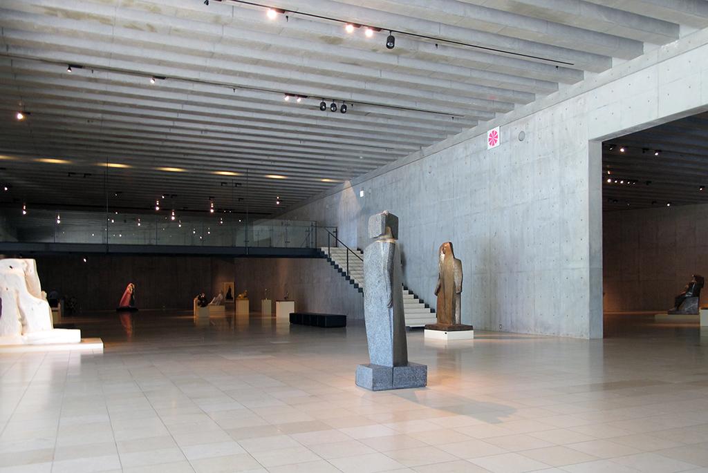 中央が仕切られた常設展示スペース
