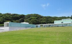 海と森に囲まれ気軽にアートと向き合う「横須賀美術館」