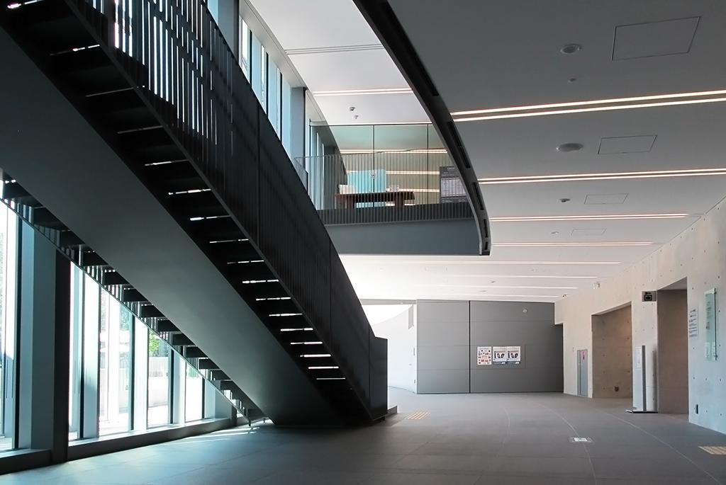 アーチ棟1階から見渡す館内