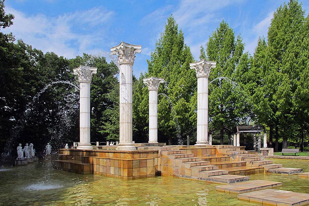 ギリシャ神殿をイメージした「ミューズの泉」