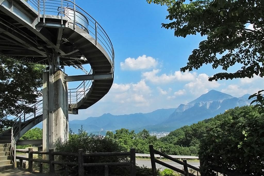武甲山と秩父市内を見渡せる「旅立ちの丘」
