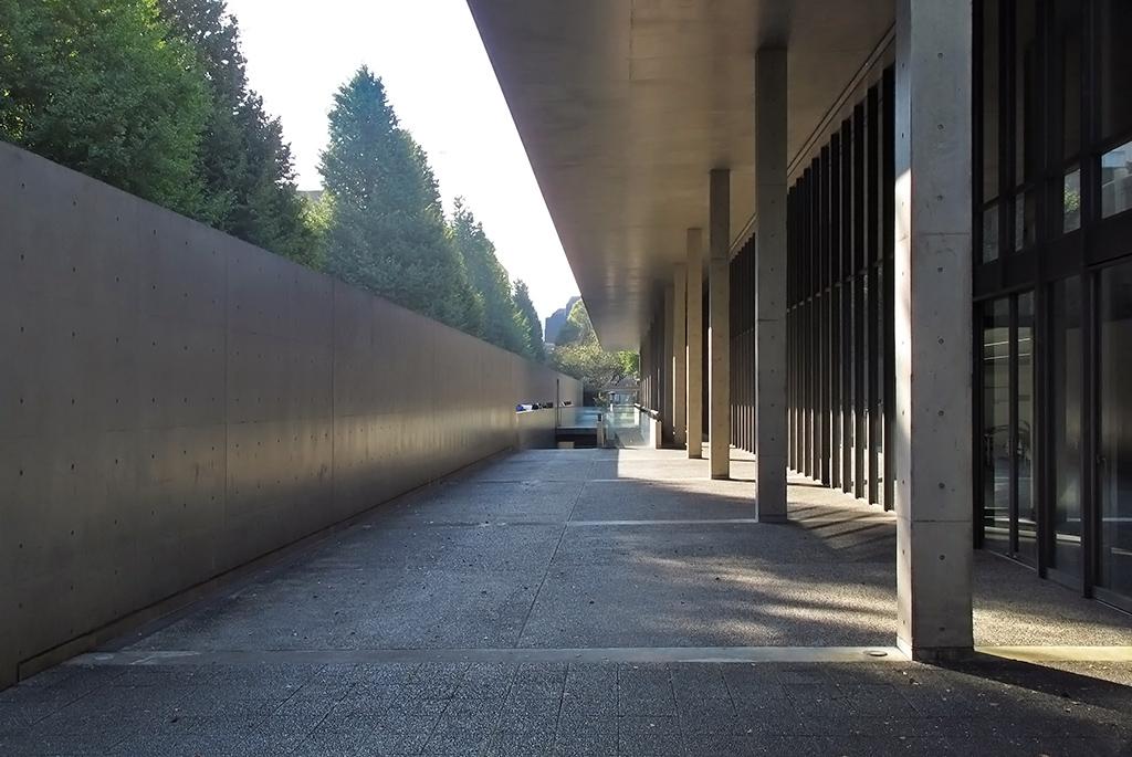 庇を支えるコンクリートの列柱