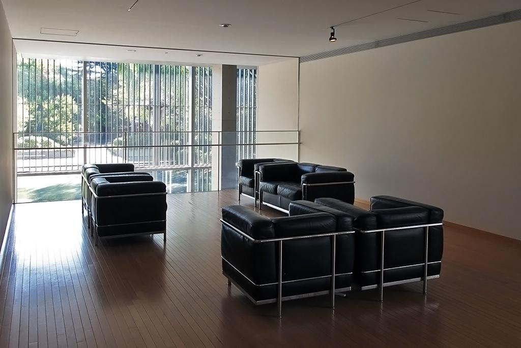 ル・コルビュジエのソファに座り水盤を眺める