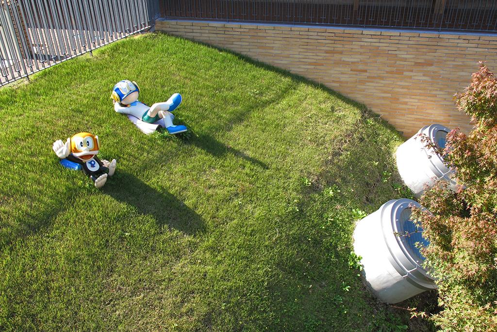 芝生の上でパーマン1号と2号がひなたぼっこ