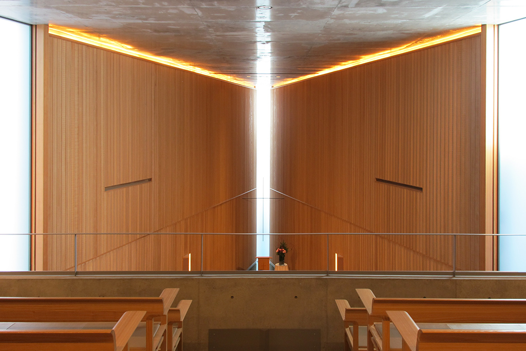礼拝堂2階席からの祭壇