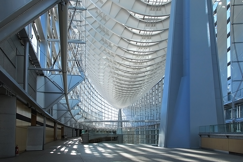 巨大な屋根を支えるのは両脇の大柱のみ