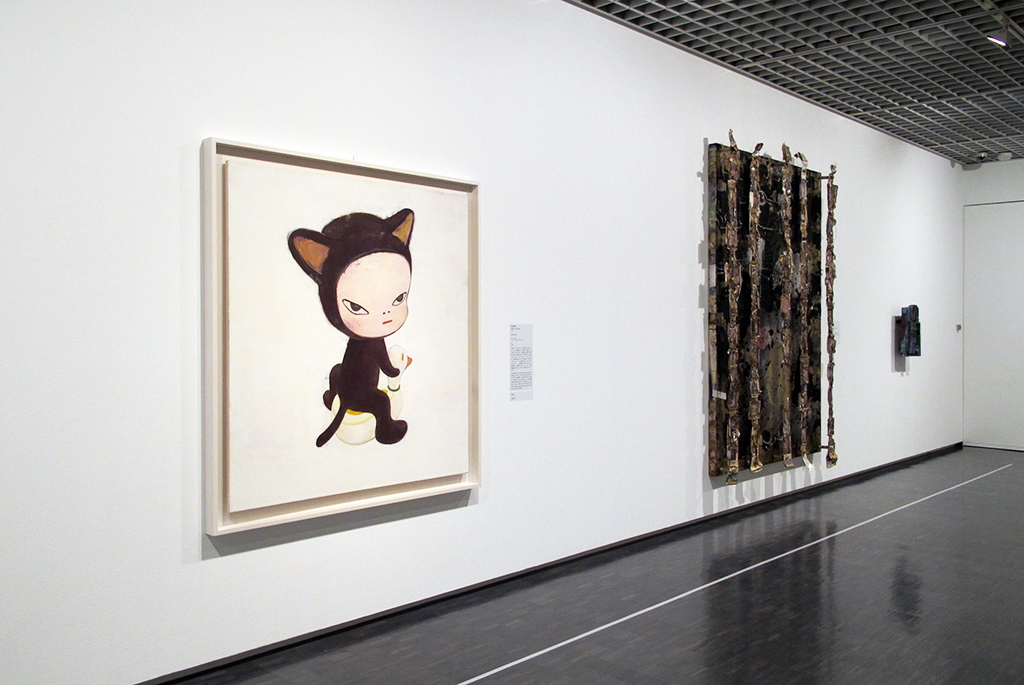 左:奈良美智「Harmless Kitty」/右:「網膜(ワイヤー・ホライズン、タンジェ)」