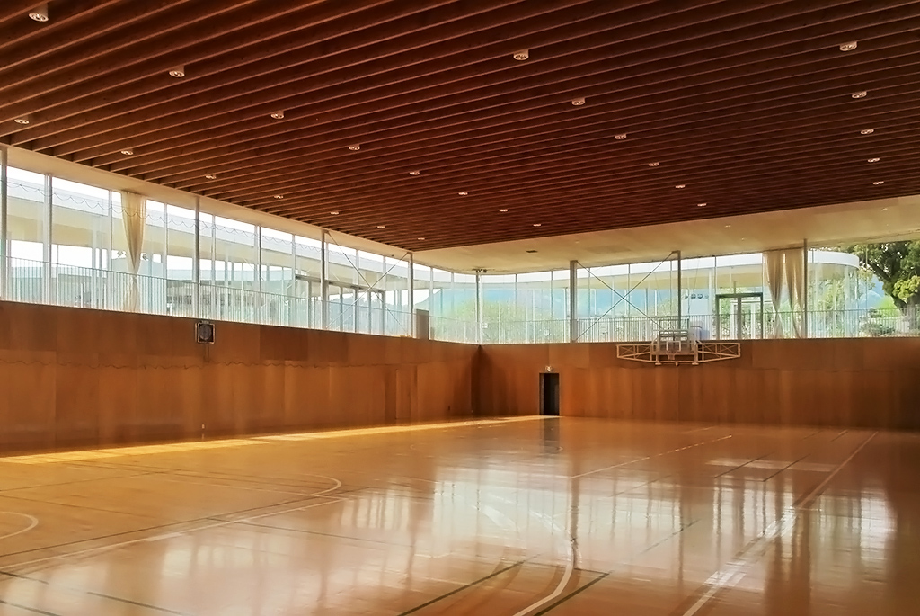 半地下とは思えない開放的な体育館