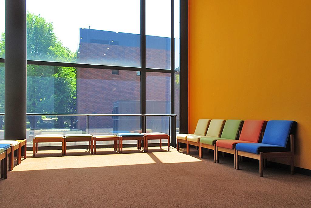 公募棟休憩室のカラフルな椅子