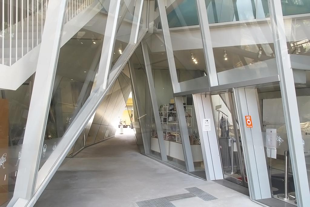 三角形のスリットがガラス面となるアプローチ