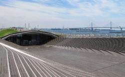 くじらの背中を悠々と「横浜港大さん橋国際客船ターミナル」