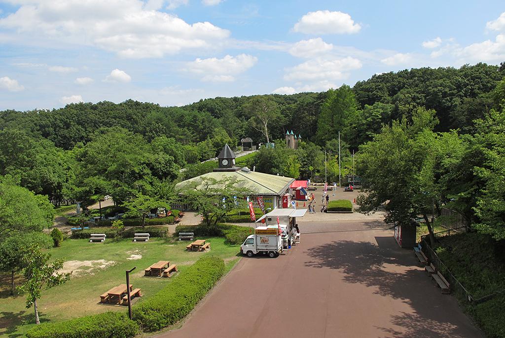 緑に囲まれた広い敷地の公園