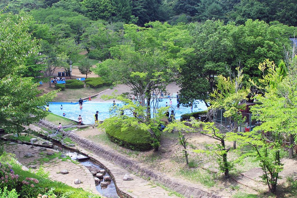 自然に囲まれこどもに大人気のじゃぶじゃぶ池