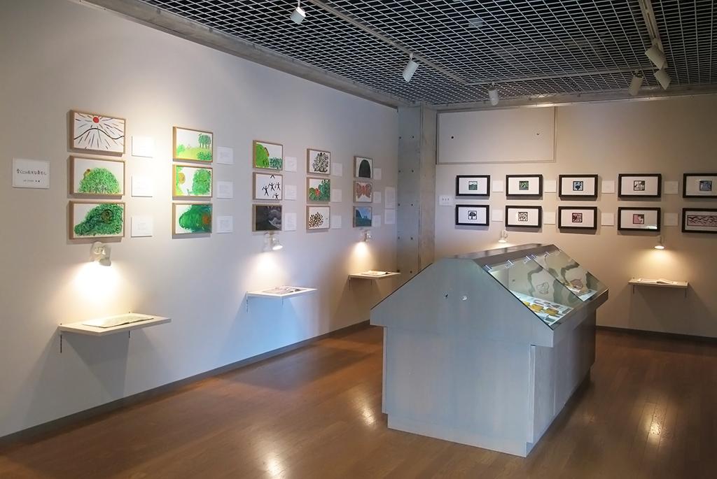 可愛い絵本の原画が並ぶ1階の展示室