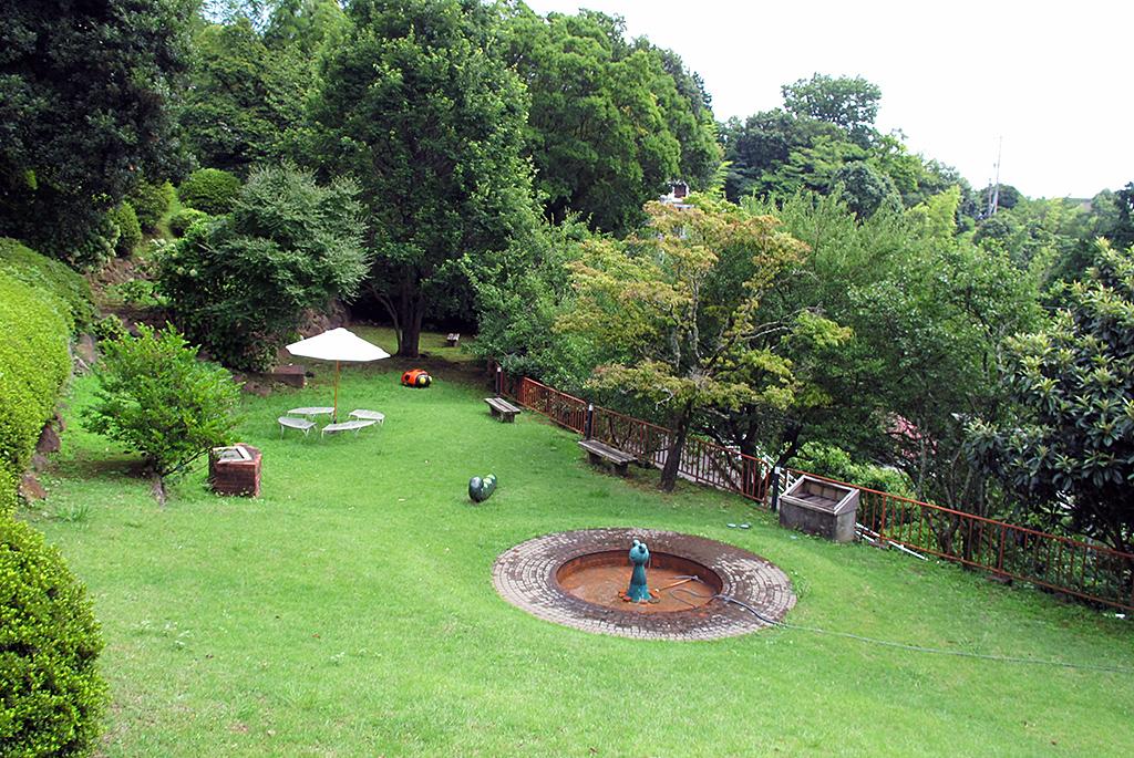 噴水やオブジェのある庭