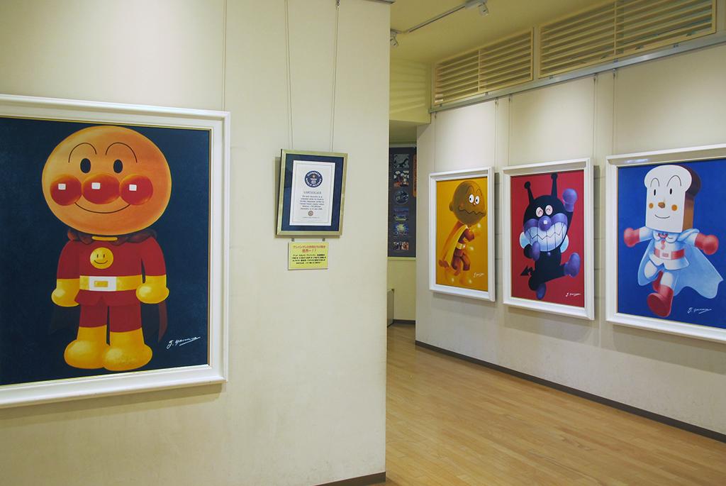 大きな絵画などを展示しているギャラリー