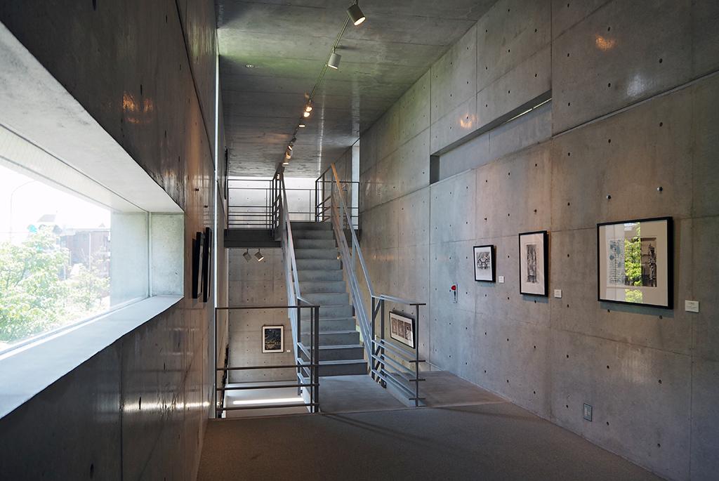 スリットから光が差し込む「東京アートミュージアム」