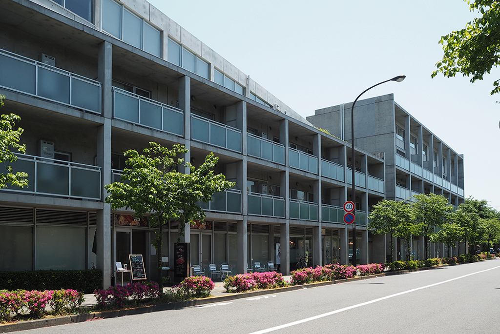 1階には店舗が並ぶ「シティハウス仙川」