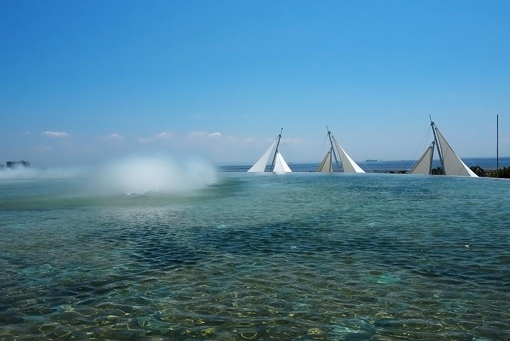 水盤が東京湾の水平線と繋がっているような美しい景色