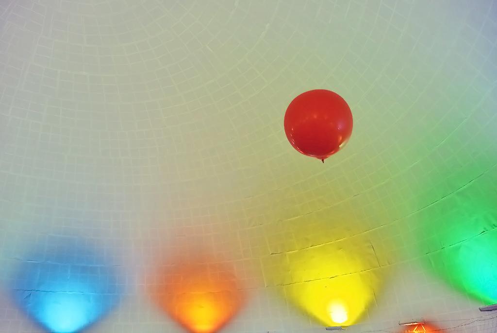 多目的ホールで巨大風船と遊ぶ