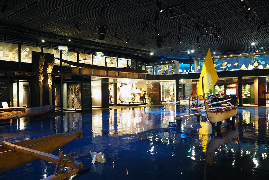 床地図の各地域に沿ったカヌーを展示