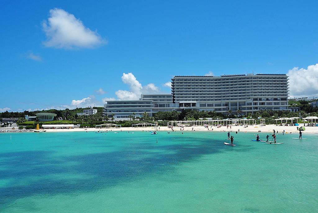 海から見渡すビーチとホテル
