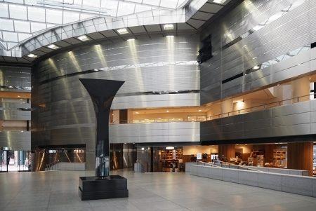 多彩なジャンルの展覧会を開催する「高松市美術館」