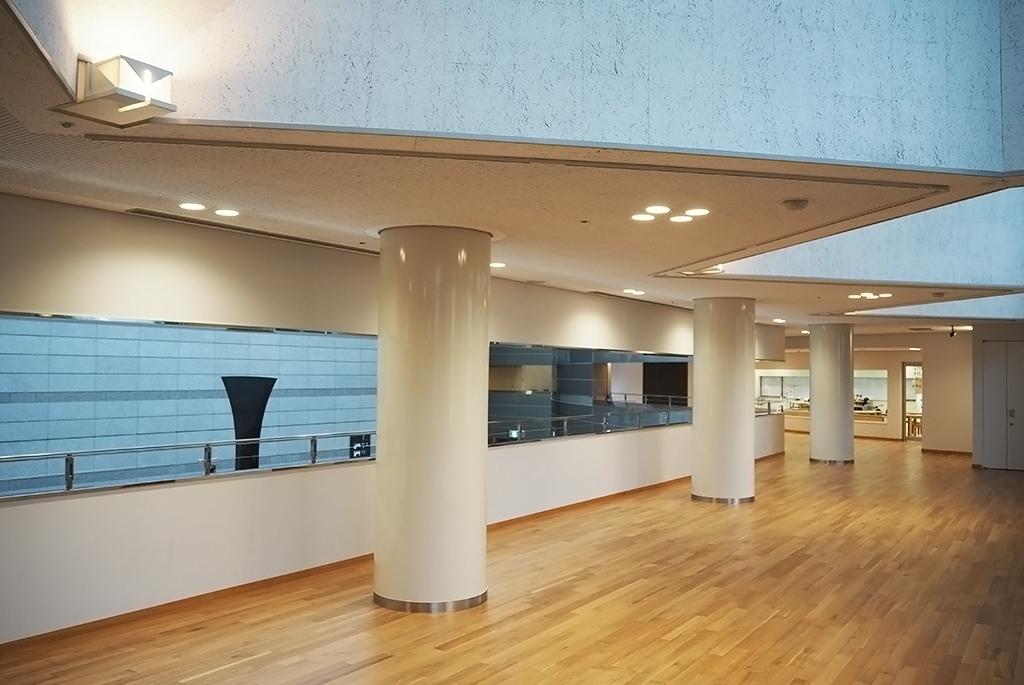 自然光で明るい中二階のM2展示ロビー