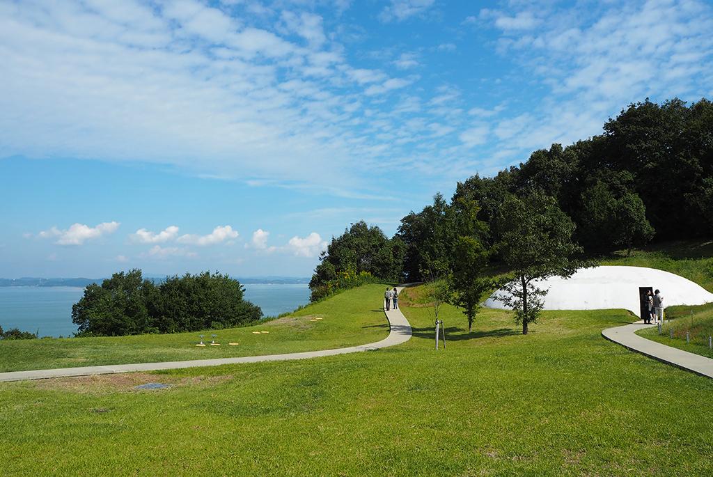 海景を楽しむ美術館へのアプローチ