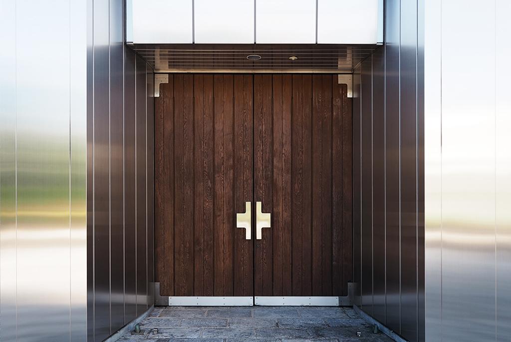 扉の取手も十字架のデザイン