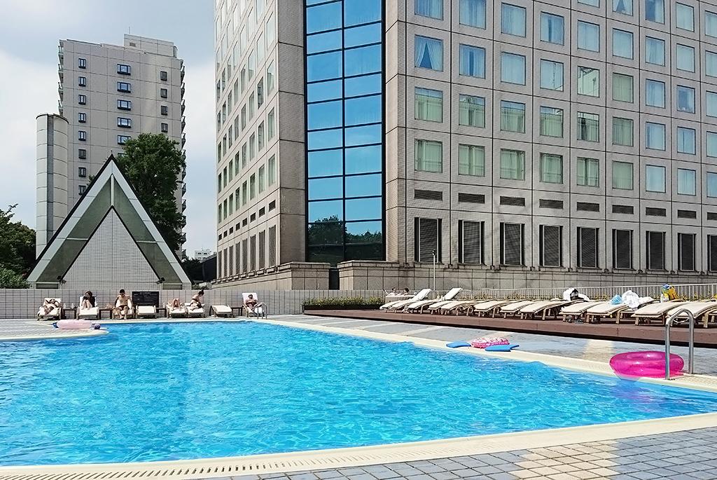 都会らしい景色の屋外プール