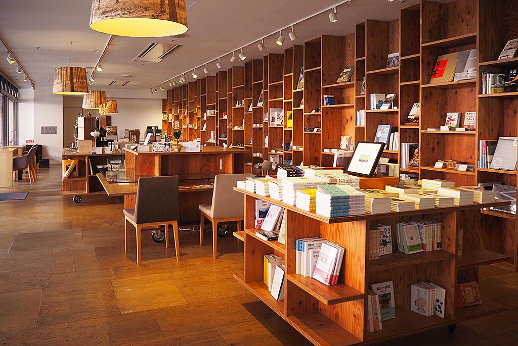 雑貨も素敵なブックス&カフェ