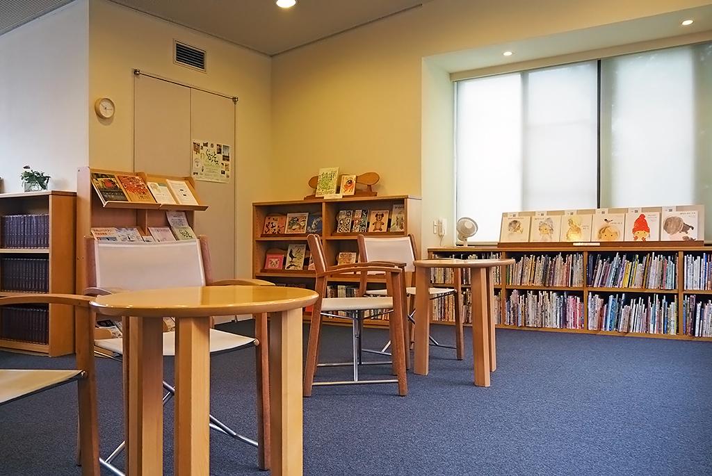 絵本を自由に読める図書室