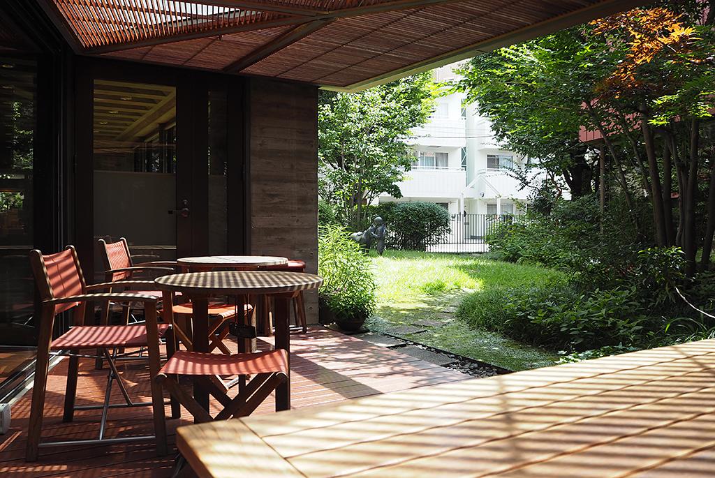 中庭を眺めながら休憩できるカフェテラス