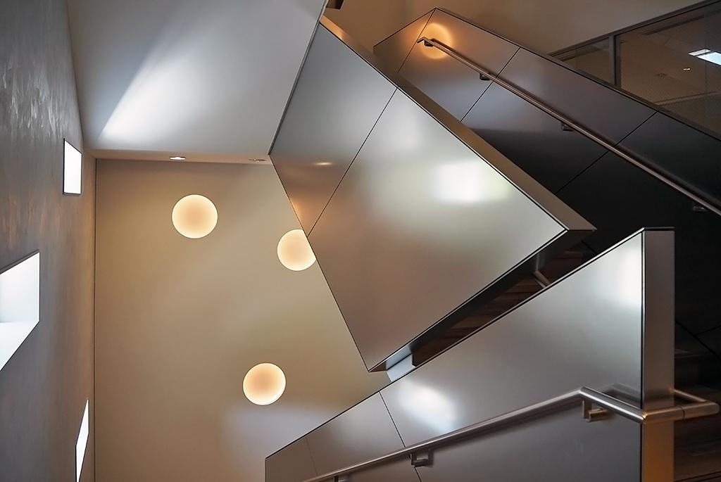 ステンレスの手すり壁が特徴的な階段