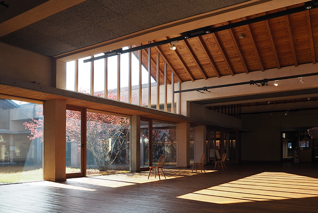 木の素材感が際立つ館内