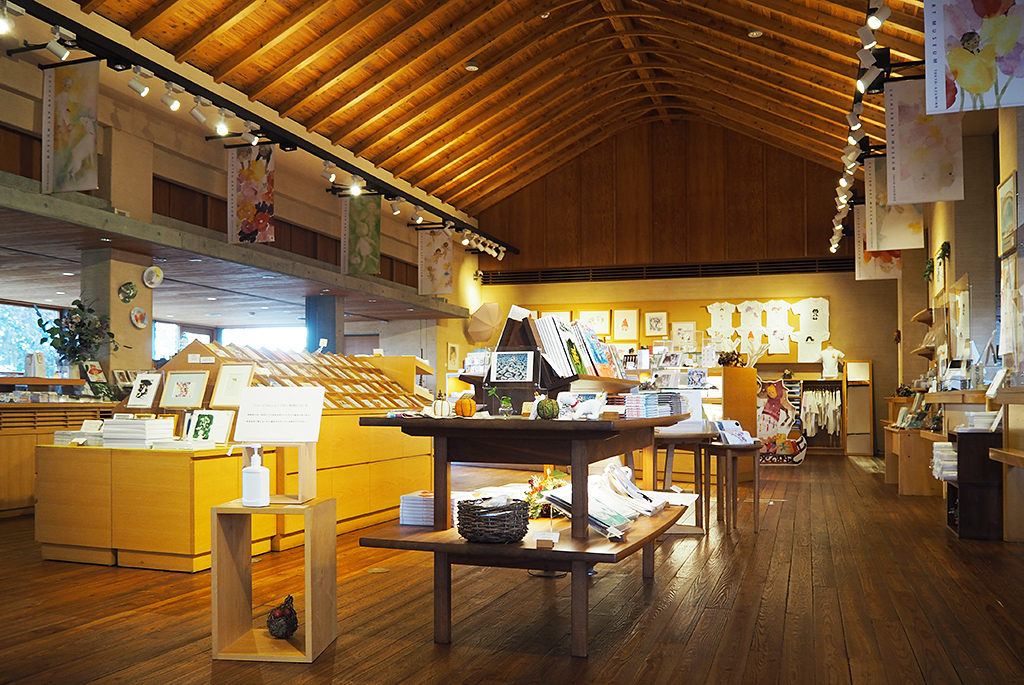 季節や企画展にあわせた商品を販売するミュージアムショップ