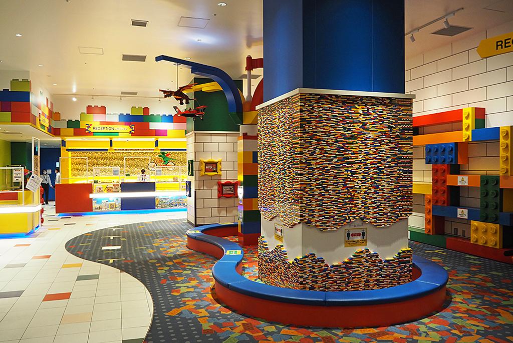 レゴの世界に包まれたロビー・レセプション