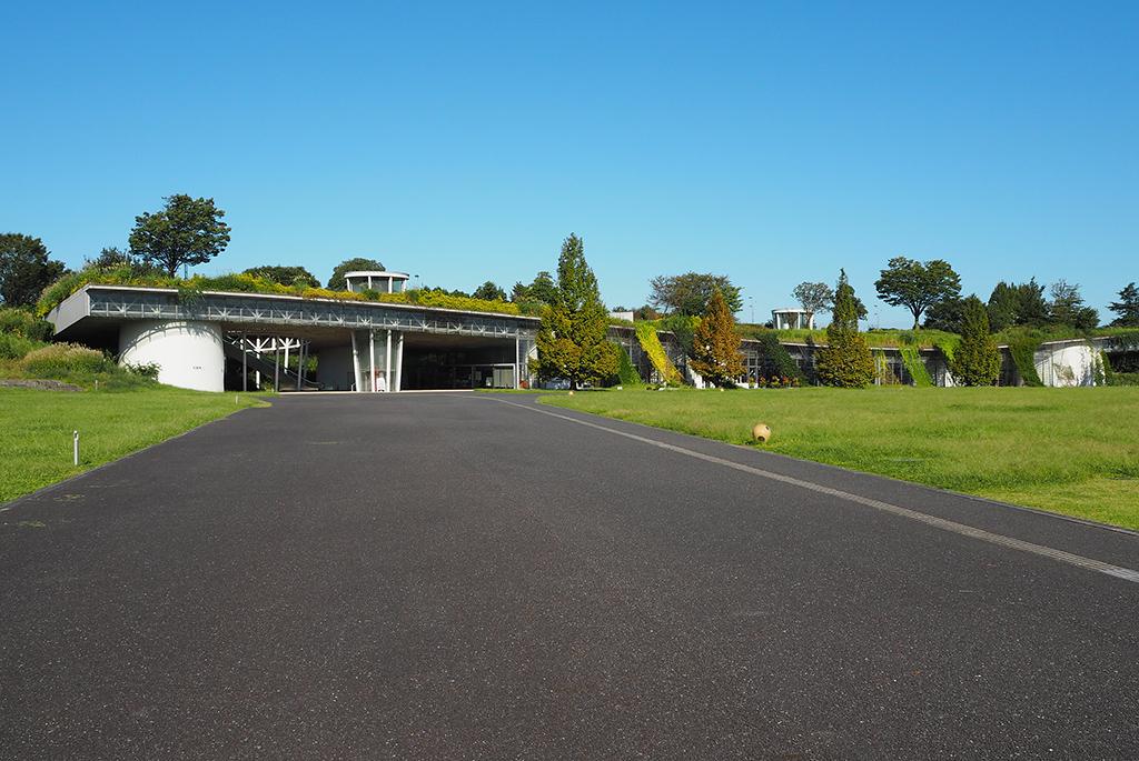 緑の大地が浮かぶ昭和記念公園「花みどり文化センター」